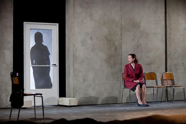 Teatro menotti di milano anima errante porta in scena la - La porta di anne recensione ...