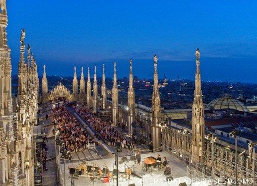 Un Bar Sulle Terrazze Del Duomo Di Milano Tra Madonnina E