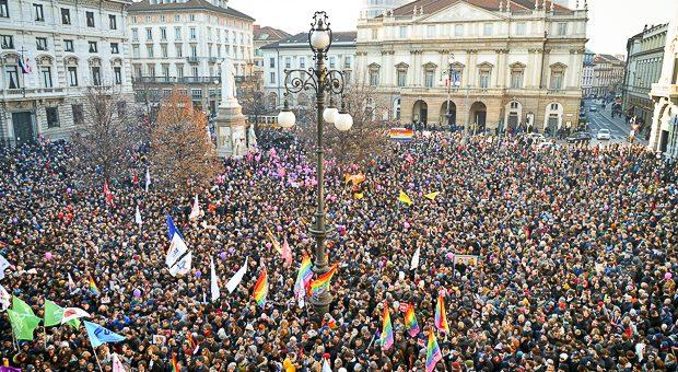 Milano piazza Scala Svegliati Italia
