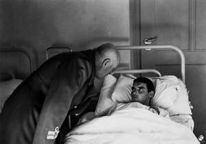12. Mussolini visita un soldato ferito, 1942 © Istituto Luce - Cinecittà