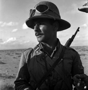 13. Soldato italiano in uniforme coloniale sul fronte africano, 1941-1942 © Istituto Luce - Cinecittà