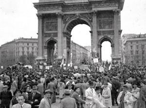 16. Festa del primo maggio 1945 all'Arco della Pace © Istituto Luce