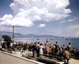 3. Cessate le ostilità, soldati americani e civili italiani assistono a una gara motonautica
