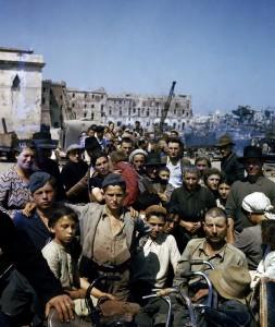 4. Sfollati italiani attendono in un punto di raccolta ad Anzio l'imbarco sulle navi che li porteranno a Napoli