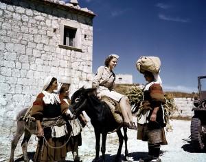 5. Un'ausiliaria americana conversa con alcune contadine in abito tradizionale di un villaggio dell'Appennino