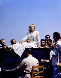 6. La cantante e attrice Marlene Dietrich, di origine tedesca, tiene uno spettacolo per i soldati americani feriti in un ospedale militare sul fronte italiano