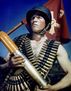 7. Soldato statunitense in posa con le cartucciere e il vessillo dell'Artiglieria