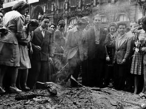 8. Distruzione di documenti e simboli dell'Italia fascista © Istituto Luce