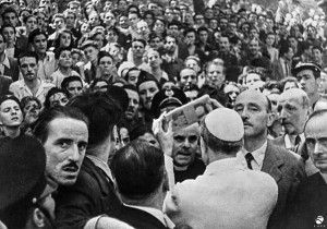 9. Papa Pio XII distribuisce aiuti in denaro dopo i bombardamenti di Roma a Piazza San Giovanni, 13 agosto 1943