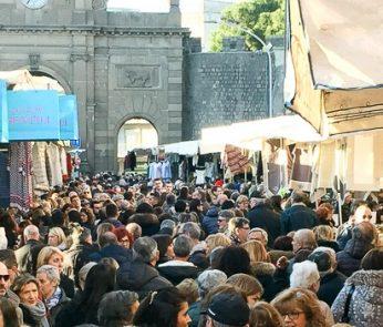 Folla al Mercato de Gli Ambulanti di Forte dei Marmi-2