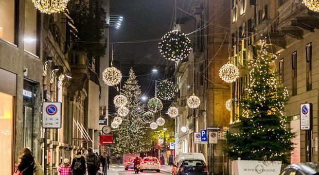 ed6b60553e Via Montenapoleone: Natale tra luci, addobbi e alberi