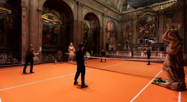 Milano, tutti pazzi per il campo da tennis dentro una chiesa. GALLERY