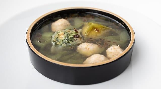 Zuppa di ravioli, cetrioli e polpette di gamberi_credits Mauro Montana-min