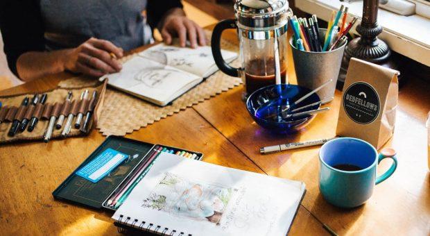 lavoro-creativo-scrivania-min