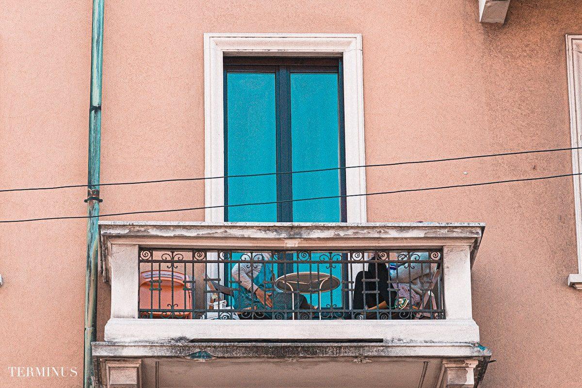 coppia-balcone-tavolino-min