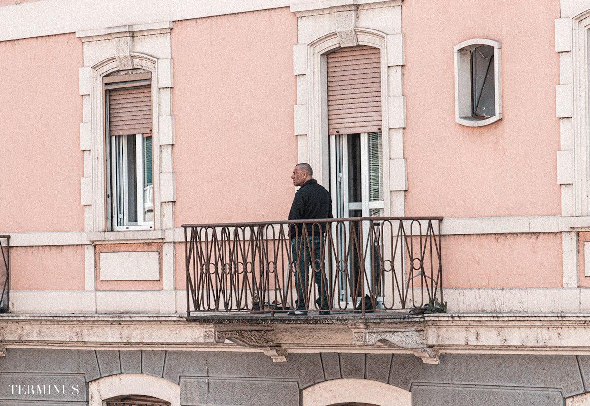 uomo-balcone-min