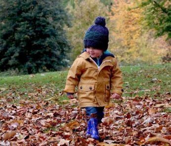 bambini-autunno-foglie-min