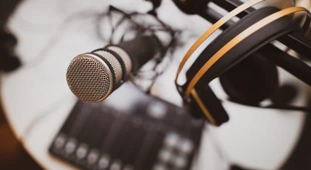 podcast-microfono-cuffie