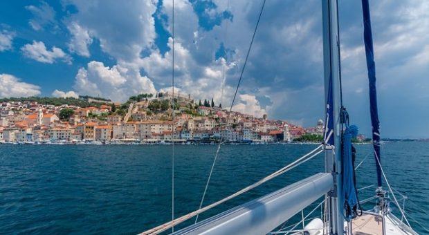 barca-vela-paesaggio-min