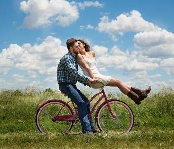 coppia-bicicletta-gita-min